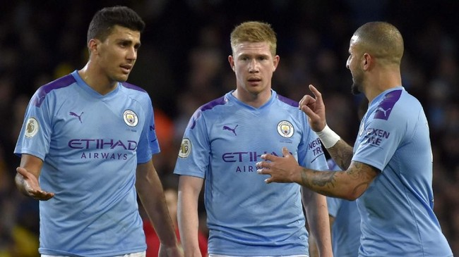 Para pemain Manchester City terlihat berbincang setelah tertinggal 0-2 dari Manchester United. Kekalahan dari MU membuat Man City terpaut 14 poin dari Liverpool yang kukuh di puncak klasemen Liga Inggris. (AP Photo/Rui Vieira)