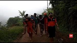 VIDEO: Korban Longsor di Tambang Emas Citorek Dievakuasi