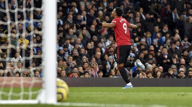 Penyerang Manchester United Anthony Martial mencetak gol yang membuat The Red Devils unggul 2-0 atas Man City di babak pertama. Gol itu membuat Martial terlibat dalam 10 gol MU dari 13 laga sebagai starter. (AP Photo/Rui Vieira)