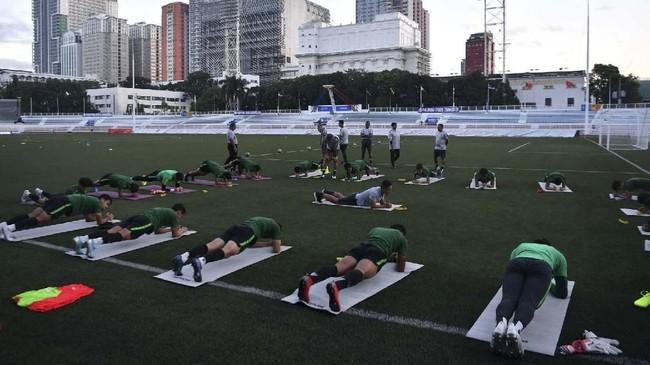 Skuat Timnas Indonesia U-23 melakukan pemanasan sebelum menjalani latihan di Stadion Rizal Memorial, Manila, Senin (9/12). (ANTARA FOTO/Sigid Kurniawan)