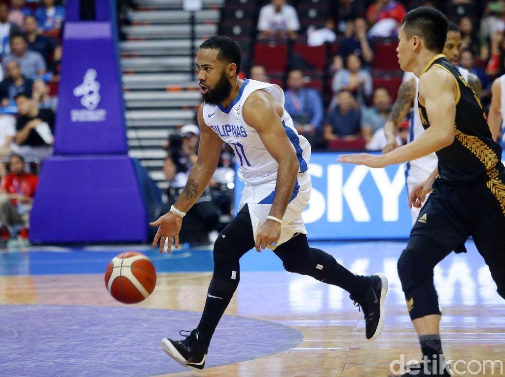 Tim basket Filipina melancarkan serangan.