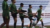 Sejumlah pemain Timnas Indonesia U-23, termasuk Evan Dimas , melakukan latihan di Stadion Rizal Memorial. Ini adalah latihan terakhir Indonesia jelang melawan Vietnam. (ANTARA FOTO/Sigid Kurniawan)