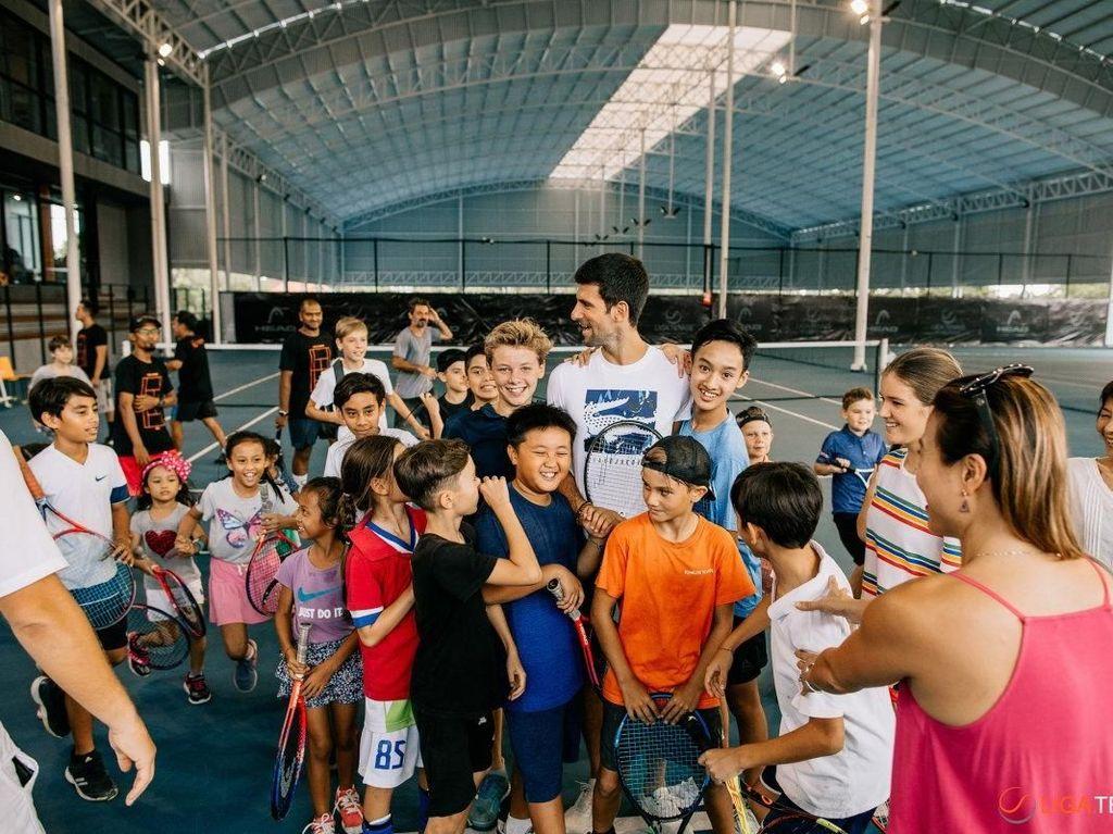 Mereka tak mau membuang kesempatan dan berebut untuk foto bersama dengan Djokovic. (Foto: Liga Tennis)