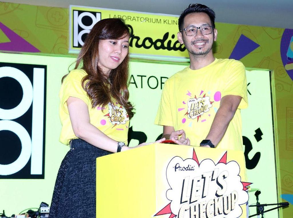 Regional Marketing Manager Greater Jakarta Prodia, Popy Agustina (kiri) bersama Branch Manager Prodia Serang, Ide Febrianto meresmikan pembukaan acara Prodia Healthy Fun Festival 2019 di Cilegon Center Mall, Banten. Foto: dok. Prodia