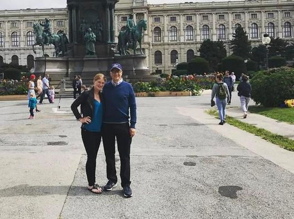 Saat liburan bersama anaknya Jennifer, Gates pun berpakaian biasa-biasa saja. Foto: (Instagram/jenniferkgates)