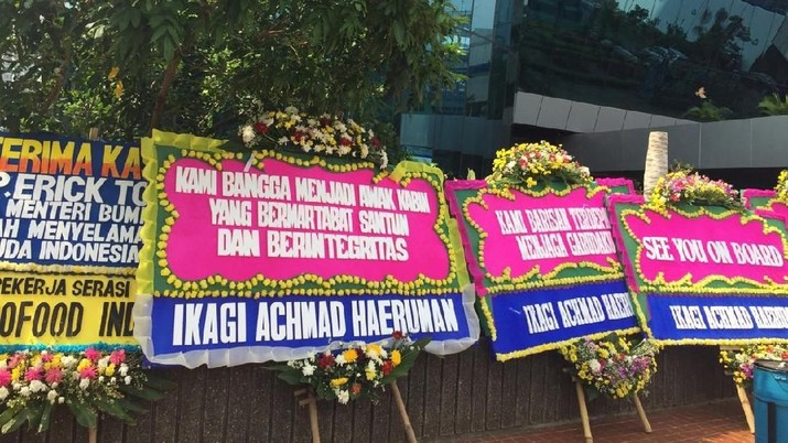 Karangan Bunga Karyawan Garuda ke Erick di Hari Korupsi