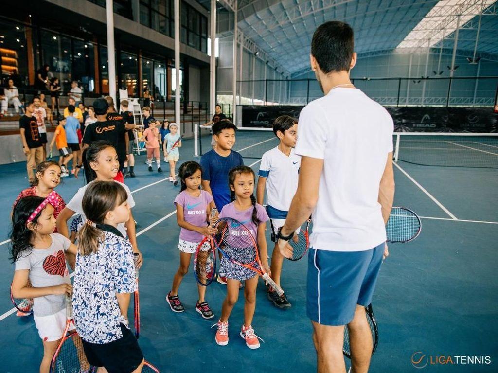 Anak-anak antusias bertemu dengan atlet top dunia asal Serbia tersebut. (Foto: Liga Tennis)