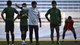Pelatih Timnas Indonesia Indra Sjafri (tengah) memberikan arahan saat memimpin latihan. Terlihat wajah serius para pemain ketika mendengarkan instruksi Indra. (ANTARA FOTO/Sigid Kurniawan)