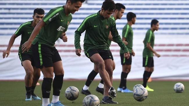 Top skor Timnas Indonesia U-23 Osvaldo Haay melakukan passing di sela latihan. Osvaldo kini sudah mengoleksi delapan gol di SEA Games 2019. (ANTARA FOTO/Sigid Kurniawan)