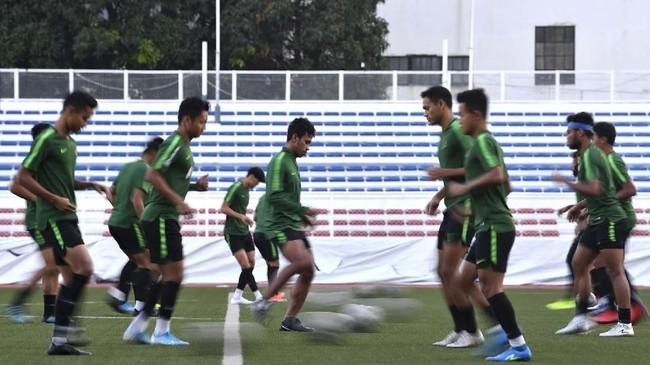 Para pemain Timnas Indonesia U-23 berlatih passing. Garuda Muda lolos ke final SEA Games untuk kali pertama sejak 2013. (ANTARA FOTO/Sigid Kurniawan)