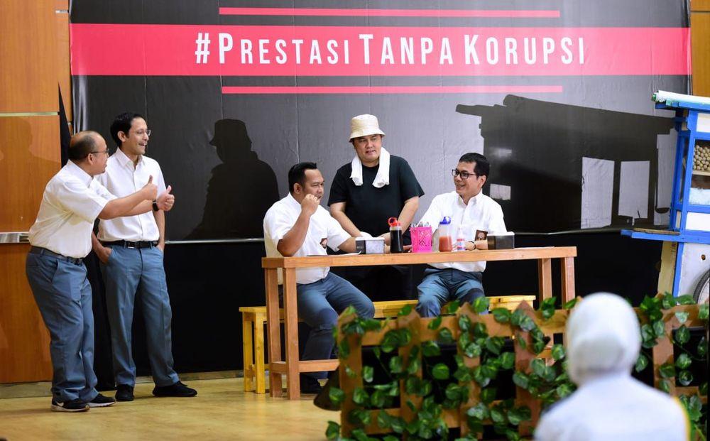 Tiga menteri kabinet Presiden Joko Widodo (Jokowi) beradu peran dalam drama #PrestasiTanpaKorupsi pada perayaan hari anti korupsi sedunia di SMKN 57 Jakarta, Senin (9/12/2019). Mereka adalah Menteri Pendidikan dan Kebudayaan Nadiem Makarim, Menteri Pariwisata dan Ekonomi Kreatif (Menparekraf) Wishnutama, dan Menteri BUMN Erick Thohir. (Dok. Kementerian BUMN)
