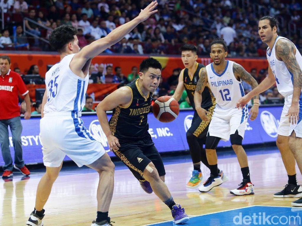 Tim basket Indonesia mencoba melakukan serangan saat menghadapi Filipina.