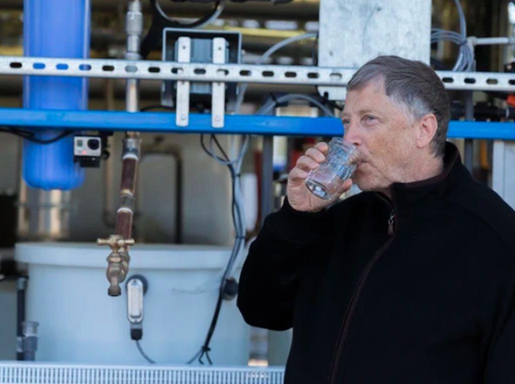 Gates pernah pula minum air dari hasil pemrosesan tinja seperti ini, hanya untuk menunjukkan solusinya untuk negara miskin yang kekurangan air itu sehat dan aman. Foto: Ist/Internet