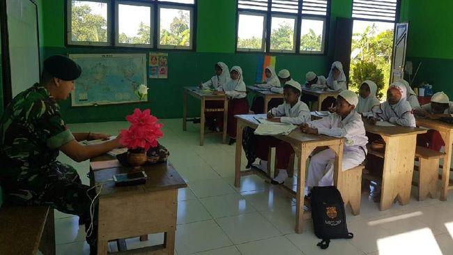 Dua Prajurit TNI Jadi Pengajar di Sekolah Pedalaman