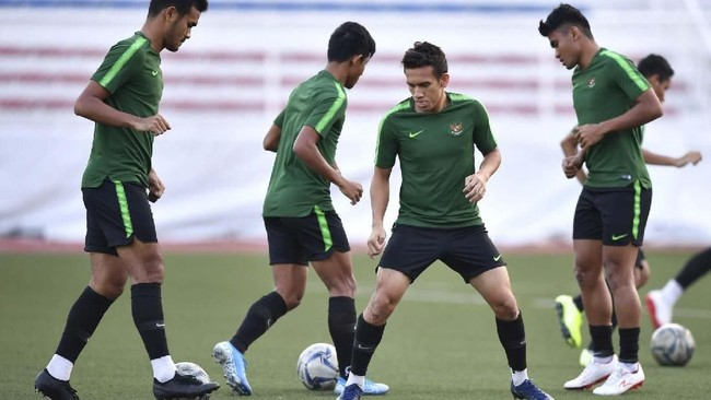 Penyerang Timnas Indonesia Egy Maulana Vikri (kedua kanan) menjalani latihan meski sempat mengalami cedera di laga semifinal melawan Myanmar. (ANTARA FOTO/Sigid Kurniawan)