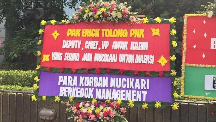 Menteri Badan Usaha Milik Negara (BUMN) Erick Thohir mengambil keputusan untuk memecat jajaran Direski Garuda Indonesia yang terlibat kasus tersebut.