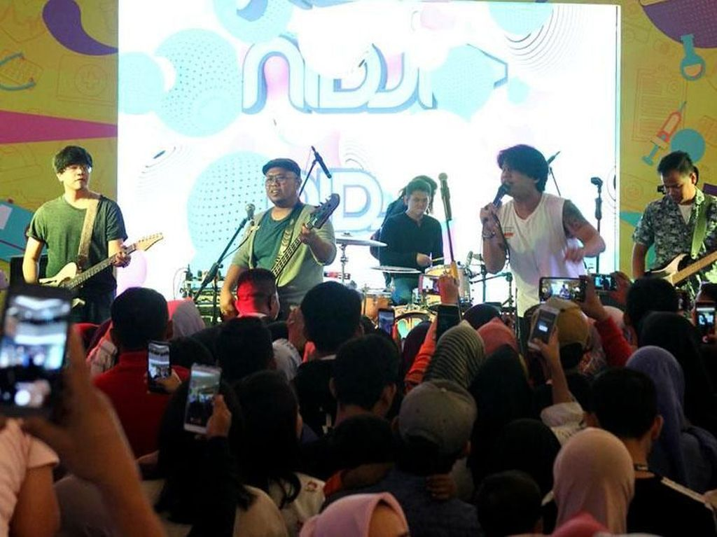 Dalam acara tersebut juga menampilkan grup band nidji yang turut serta mengkampanyekan gaya hidup sehat untuk kaum milenial. Foto: dok. Prodia