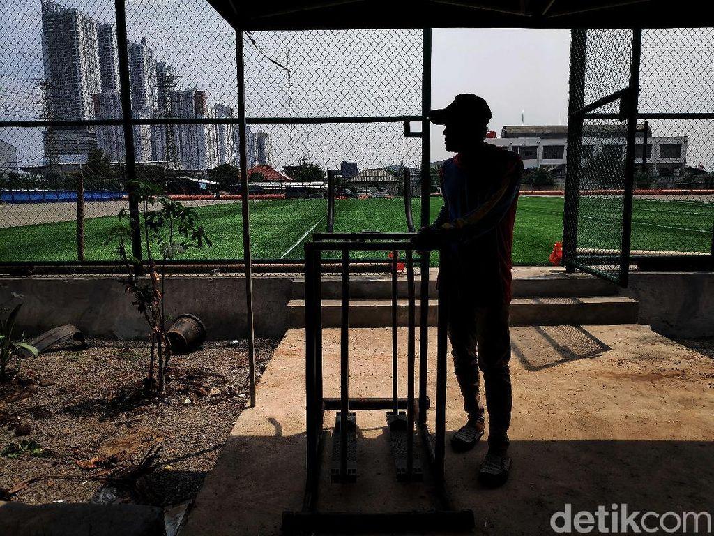 Saat ini para pekerja tengah membangun fasilitas pendukung seperti taman.