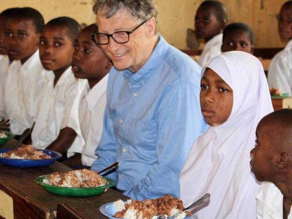 Tanpa canggung ikut makan bersama anak sekolah di Tanzania. Foto: Istimewa