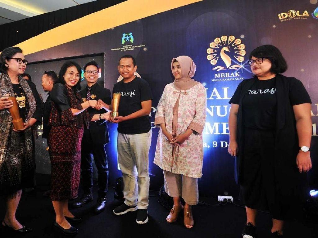 Menteri Pemberdayaan Perempuan dan Perlindungan Anak (Kemen PPPA) Bintang Puspayoga (kedua kiri) bersama Deputi Tumbuh Kembang Anak Kemen PPPA Lenny N Rosalin (kiri) memberikan penghargaan Piala Merak (Media Ramah Anak) Tahun 2019 kepada beberapa wartawan di Jakarta, Senin (9/12/2019) malam.