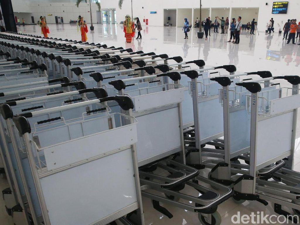 Troli untuk bawaan bagasi penumpang juga sangat banyak tersedia disana.