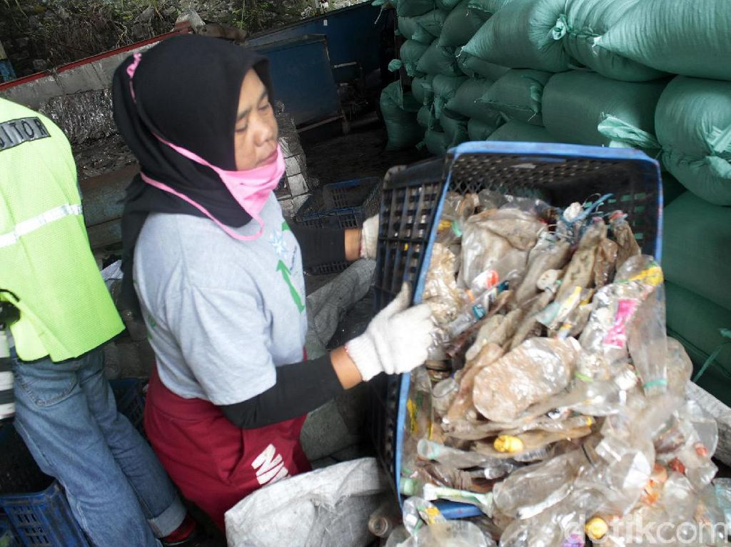 Dalam sehari rata-rata setiap pekerja wanita bisa memilah tiga karung dengan berat total sekitar 1 kwintal. Sementara tempatnya bekerja bisa menerima rata-rata 11 ton botol plastik basel atau pack perharinya.