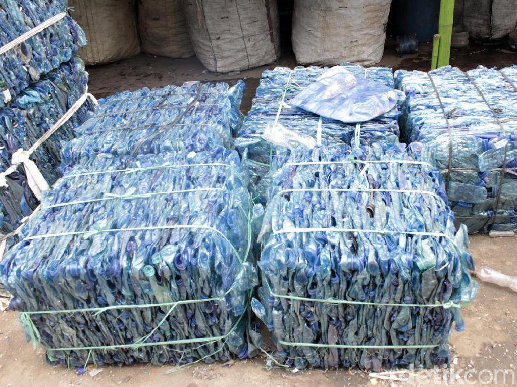 Dalam sehari, pabriknya bisa memproduksi 1 juta preform botol plastik. Preform merupakan bentuk awal dari galon atau botol kemasan sebelum diolah kembali.