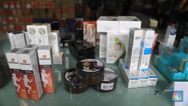 Penyidik pegawai Negara Sipil (PPNS) menyita Lebih dari 53 miliar rupiah kosmetik ilegal, obat tradisional ilegal, dan pangan olahan ilegal di gudang pengiriman barang di daerah Jakarta Utara, Selasa (10/12). Petugas mengamankan dan menyita 43.071 pieces kosmetik ilegal senilai 17,17 miliar rupiah, 58.355 pieces obat tradisional ilegal senilai 27,98 miliar rupiah, dan 14.533 pieces pangan olahan ilegal senilai 7,21 miliar rupiah. Rincian jumlah obat item keseluruhan 44 item (29 item kosmetik ilegal,12 item obat tradisional ilegal, dan 3 item pangan olahan ilegal) atau 127.281 pieces. Kosmetik ilegal yang ditemukan dan disita petugas antara lain Diva Mask, Inno Gialuron, Xtrazex, Princess Hair, dan Vita Micrite 3D All Use. Sementara itu, obat tradisional ilegal yang ditemukan antara lain Detoxic, Resize Gel, dan Hero Active, sedangkan pangan olahan ilegal antara lain Slim Mix Collagen 168 g, Choco mia, Black Latte 100g.  (CNBC Indonesia/Muhammad Sabki)