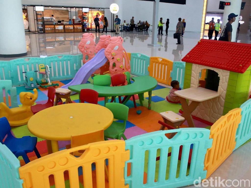 Tak ketinggalan juga ada fasilitas bermain anak. Investasi untuk membangun bandara ini berkisar Rp 2,2 triliun dengan status Bandara Internasional. Dengan kata lain, kini bandara Syamsudin Noor ini siap untuk melayani penerbangan umroh dan haji di Banjarmasin.