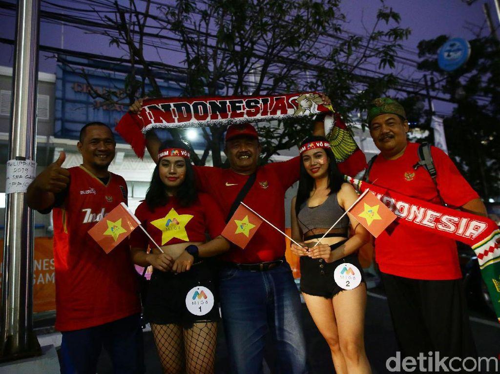 SuporterTinmas Indonesia dan Vietnam kompak mengenakan kaos warna merah.