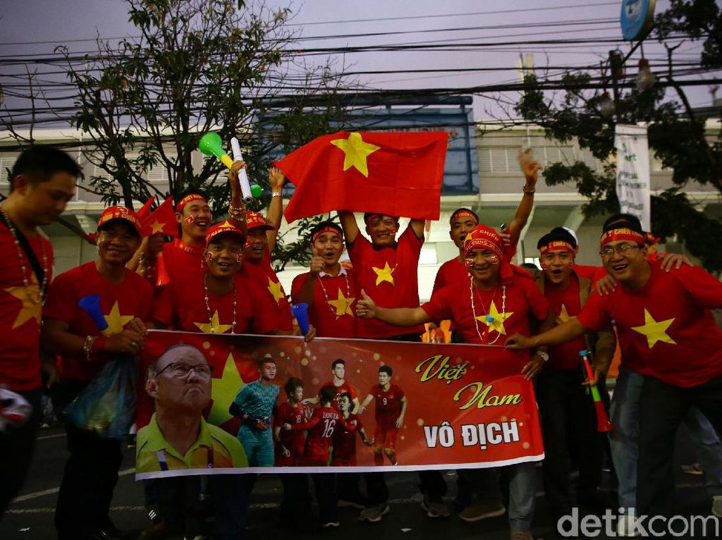 Suporter timnas Vietnam datang dengan membawa bendera negaranya. Selain itu mereka juga membawa poster bergambar pemain timnas Vietnam.