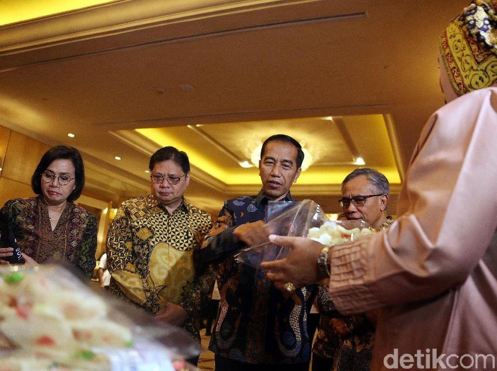 Jokowi mengatakan peningkatan target penyaluran KUR bagian upaya pemerintah meningkatkan literasi dan inklusi keuangan nasional yang saat ini masih belum 100.% untuk literasi hingga saat ini baru mencapai 35%, sedangkan inklusi keuangan 75%.