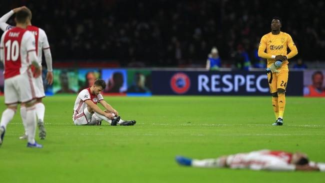 Para pemain Ajax Amsterdam bereaksi setelah dikalahkan Valencia 0-1. Kekalahan itu membuat Ajax yang merupakan semifinalis Liga Champions musim lalu finis di posisi tiga Grup H. (AP Photo/Peter Dejong)