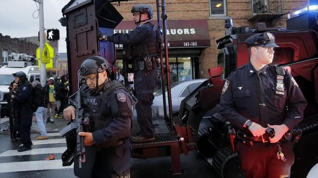 Peristiwa baku tembak sengit antara polisi dan dua orang bersenjata terjadi di Kota Jersey, New Jersey, Amerika Serikat.Sebanyak enam orang meninggal dalam kejadian itu, termasuk seorang detektif dan tiga warga. (AP Photo/Seth Wenig)