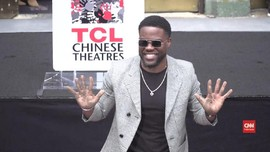 VIDEO: Kevin Hart Buat 'Jejak' Cap Tangan di Hollywood