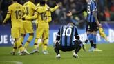 Striker Inter Milan Lautaro Martinez tertunduk lesu setelah dikalahkan Barcelona. Inter Milan gagal lolos ke babak 16 besar Liga Champions setelah Borussia Dortmund mengalahkan Slavia Praha. (AP Photo/Luca Bruno)
