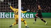 Sementara itu Ajax Amsterdam dikalahkan Valencia 0-1 di Johan Cruyff Arena lewat gol Rodrigo Moreno pada menit ke-24. (AP Photo/Peter Dejong)