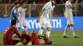 Pemain Vietnam mencoba menghibur pemain Indonesia yang masih lara dirundung kekecewaan. (AP Photo/Aaron Favila)