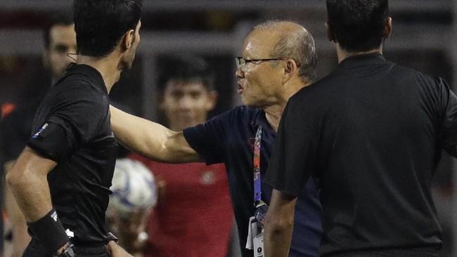Setelah Vietnam unggul 3-0, pelatih Park Hang Seo mendapat kartu merah dari wasit lantaran protes keras dan harus menyaksikan penampilan anak asuhnya dari tribune penonton. (AP Photo/Aaron Favila)