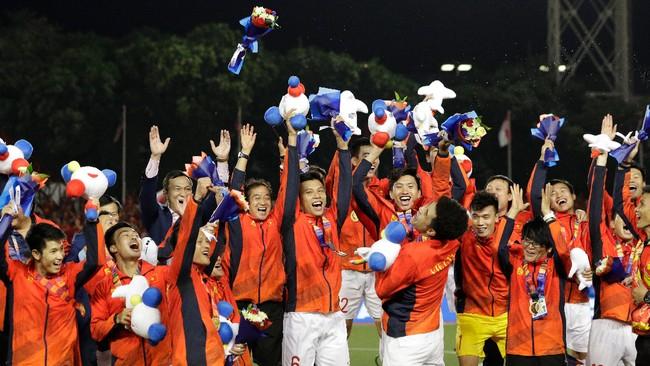 Vietnam merayakan keberhasilan pertama meraih emas dari cabang olahraga sepak bola di SEA Games. (AP Photo/Aaron Favila)