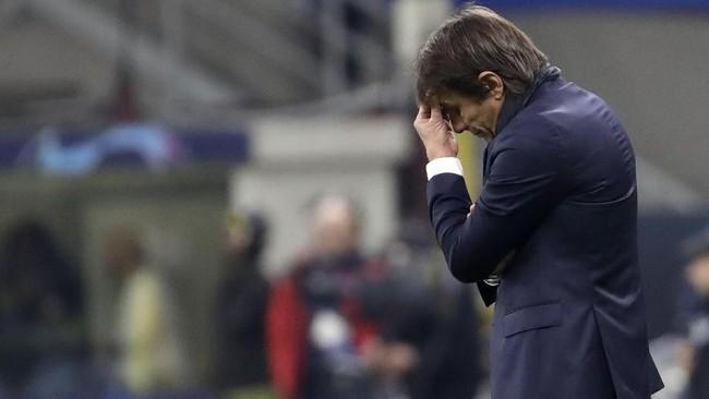 Pelatih Inter Milan Antonio Conte tertunduk lesu melihat Barcelona mencetak gol kemenangan lewat penyerang muda Ansu Fati. (AP Photo/Luca Bruno)