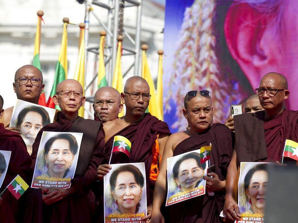 Sejumlah warga yang berasal dari berbagai lapisan masyarakat tersebut turun ke jalan untuk memberikan dukungan kepada Aung San Suu Kyi. Thein Zaw/AP Photo.