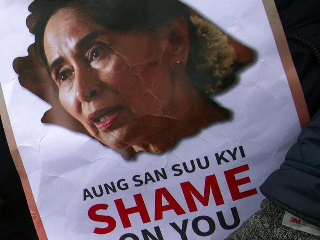 Para demonstran juga membawa sejumlah poster bergambar wajah pemimpin de facto Myanmar Aung San Suu Kyi dan bertuliskan Aung San Suu Kyi Shame On You sebagai bentuk kekecewaan mereka terhadap sikap Suu Kyi yang bungkam terkait kasus genosida terhadap etnis Rohingya. Peter Dejong/AP Photo.