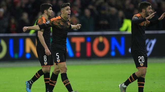 Pemain Valencia: Carlos Soler, Gabriel Paulista, dan Ferran Torres merayakan sukses sebagai juara Grup H mengalahkan Chelsea yang menjadi runner-up. (AP Photo/Peter Dejong)