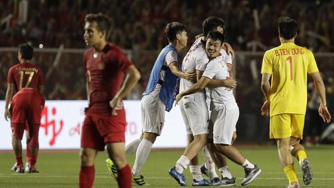 Pemain-pemain Indonesiatak bisa menyembunyikan kekecewaan setelah wasit Majed Mohammed Alshamrani meniup peluit akhir dalam laga final SEA Games. Indonesia kalah 0-3 dari Vietnam. (AP Photo/Aaron Favila)