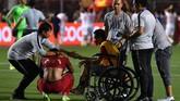 Indra Sjafri (kiri) menghampiri para pemain yang masih terpukul setelah kalah dalam laga final SEA Games. Bagi Evan, ini merupakan kegagalan ketiga meraih emas setelah SEA Games 2015 dan 2017. (ANTARA FOTO/Sigid Kurniawan/ama)