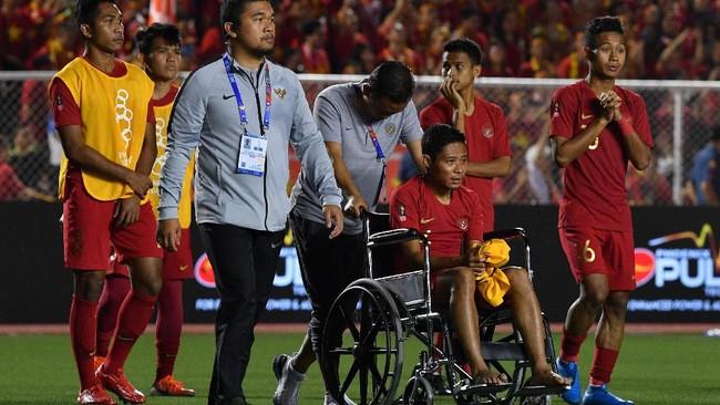 Pemain dan ofisial Timnas Indonesia masuk ke lapangan untuk menghampiri penonton dan mendapat pengalungan medali. Evan Dimas harus menggunakan kursi roda lantaran mengalami cedera pergelangan kaki kiri.(ANTARA FOTO/Sigid Kurniawan/ama)
