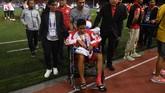Setelah menyapa pendukung Timnas Indonesia dan mendapat pengalungan medali, Evan kembali dibantu kembali ke ruang ganti. (ANTARA FOTO/Sigid Kurniawan/pd)