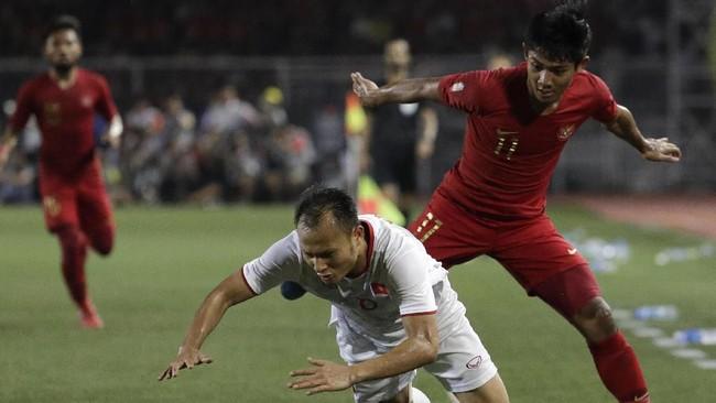 Firza Andika (kanan) dan Tran Thanh Son terlibat duel sengit di sisi sayap. Di tengah upaya mengejar keunggulan lawan, Timnas Indonesia justru kembali kebobolan pada menit ke-59 oleh Do Hung Dung. (AP Photo/Aaron Favila)