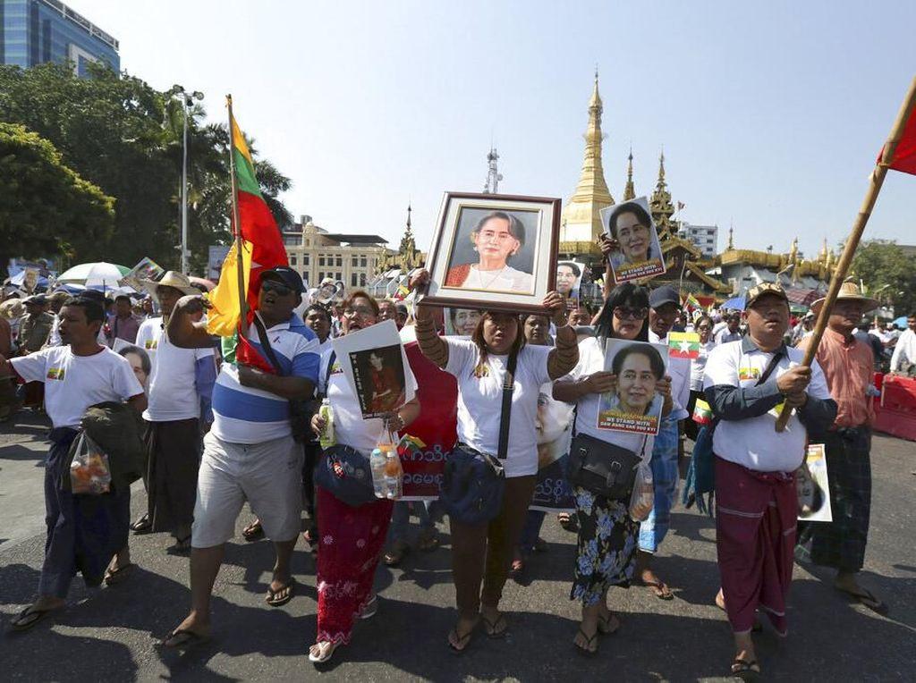 Aksi tak hanya dilakukan area luar gedung Pengadilan Internasional, Den Haag, Belanda. Sejumlah warga Myanmar pun turun ke jalanan kota Yangon, Myanmar, untu memberi dukungan pada Aung San Suu Kyi yang tengah mengikuti sidang terkait kasus dugaan genosida terhadap etnis Rohingya di Pengadilan Internasional, Den Haag, Belanda. Thein Zaw/AP Photo.
